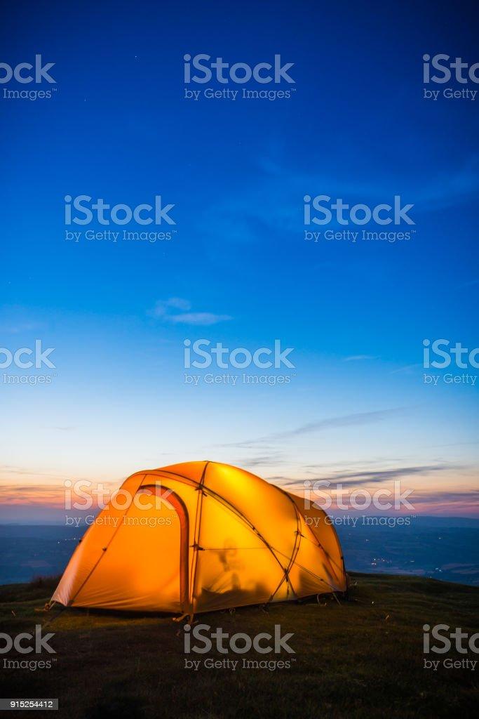 Sterne am Firmament beleuchteten Zelt hoch am Berg nach Sonnenuntergang – Foto