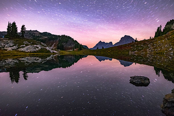stars trails reflected in tarn. - mont baker photos et images de collection