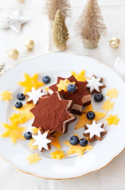 sternförmige eis mit früchten - weihnachtlich tiramisu stock-fotos und bilder