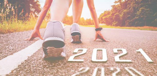 start 2021 symboliserar starten in på det nya året. starten av människor som kör på gatan är frisk ny normal, med solnedgång ljus. mål för framgång - calendar workout bildbanksfoton och bilder