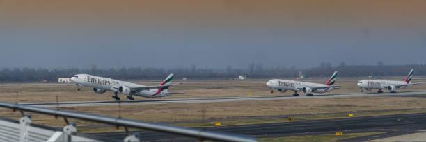 start ende typ flugzeug boeing 777-300 auf dem laufsteg - nrw ticket stock-fotos und bilder