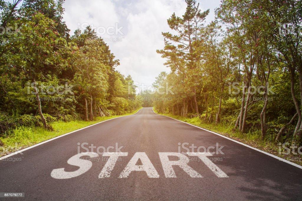 Iniciar a linha no conceito de planejamento de negócios, estratégia e caminho de desafio ou de carreira, oportunidade e mudança da estrada - foto de acervo