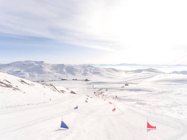 start eines ski-slalom-wettbewerbs mit roten und blauen fahnen - skirennen stock-fotos und bilder