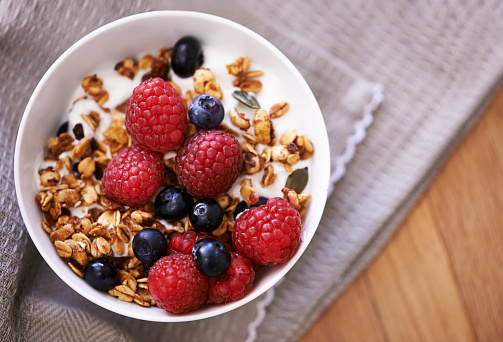 High angle shot of granola, yoghurt and berries in a bowl on a tabletophttp://195.154.178.81/DATA/i_collage/pu/shoots/804614.jpg