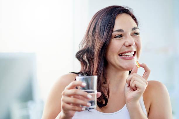 start the day with a vitamin boost - czynność ruchowa zdjęcia i obrazy z banku zdjęć