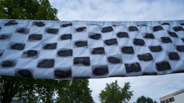 Start und Ziel Fahne mit schwarz weißen Muster in urbaner Umgebung ziel stock pictures, royalty-free photos & images