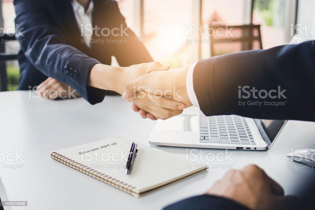 スタート アップ ビジネス人々 が交渉し、会社を一緒に投資を計画する前に投資家と握手されました。 ロイヤリティフリーストックフォト