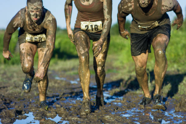 starten van een mud-run - obstacle run stockfoto's en -beelden