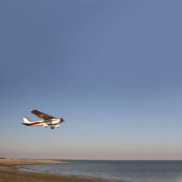ab airplain über den strand von helgoland (deutschland - andreas weber stock-fotos und bilder