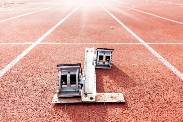 starting blocks on running tracks - starting block photos et images de collection
