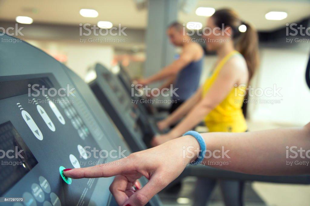 Cardio-Training im Fitness-Studio starten. – Foto