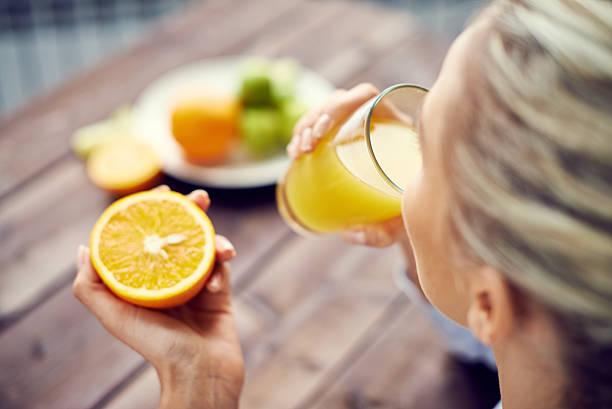starting day with orange juice - vitamine c stockfoto's en -beelden
