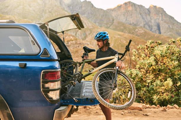 start seiner morgen mit einem malerischen zyklus - fahrradträger stock-fotos und bilder