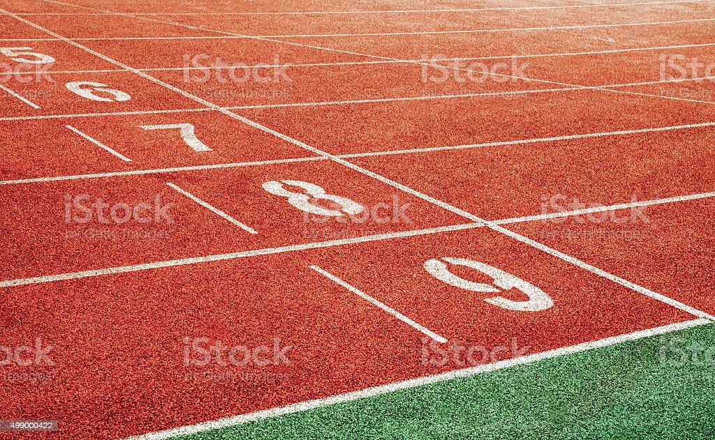 El punto de partida con pista de atletismo lane números - foto de stock