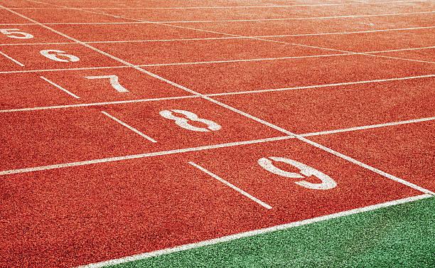 el punto de partida con pista de atletismo lane números - atletismo fotografías e imágenes de stock