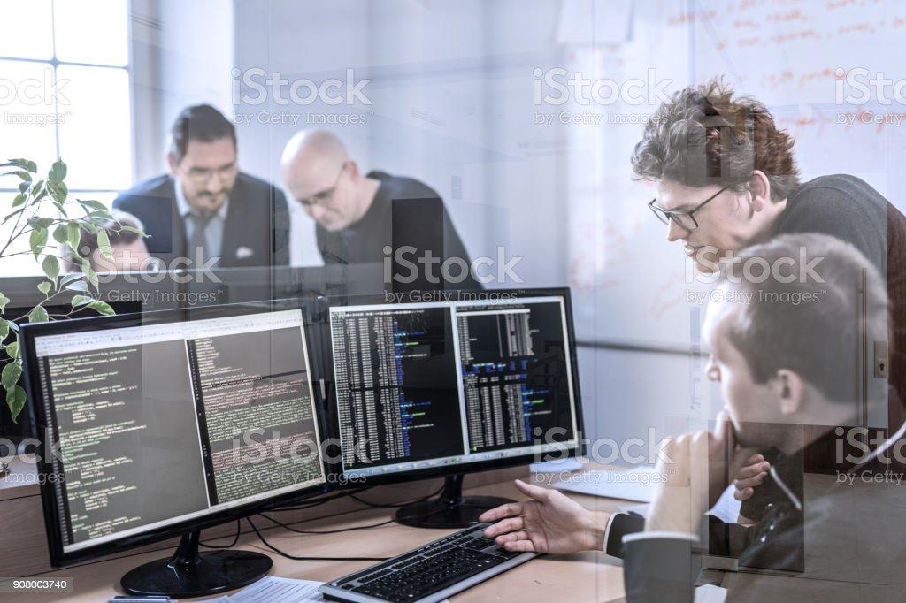 Start-up Unternehmen Problemlösungen. Software-Entwickler arbeiten an Desktop-Computer. – Foto