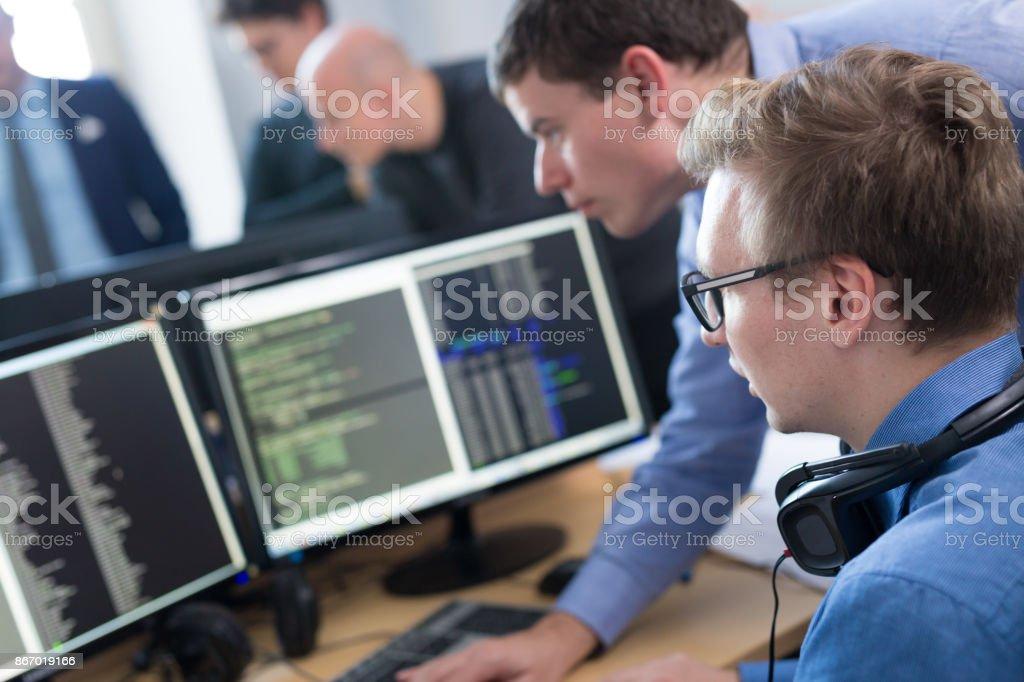 Startup-Unternehmen, Software-Entwickler, die auf Desktop-Computer arbeiten. – Foto