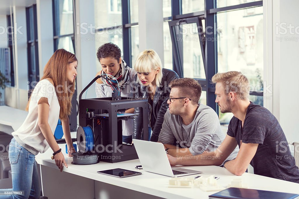 Start-up Team di Business al lavoro con stampante 3D - foto stock