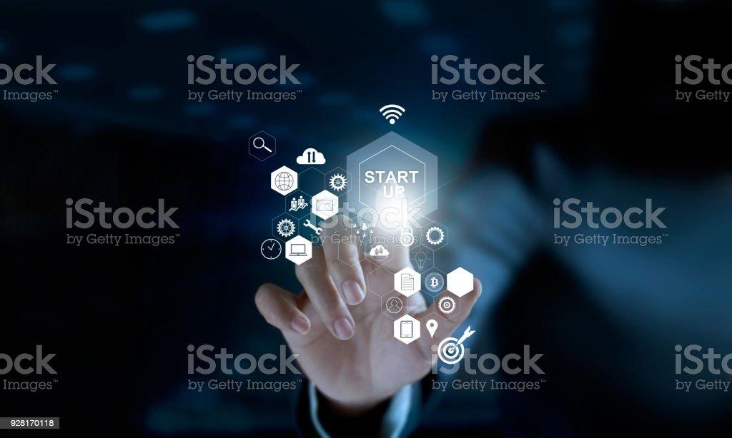 Concepto de puesta en marcha. Empresario tocar el icono de inicio y conexión de red de icono en la interfaz virtual moderna - foto de stock