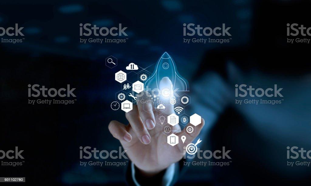 Başlangıç kavramı. Simgesini şeffaf roket dokunmadan işadamı başlatılması ve dışarı simgesi ağ bağlantısı ile modern sanal arabirim üzerinde uçan. - Royalty-free Bağlantı Stok görsel