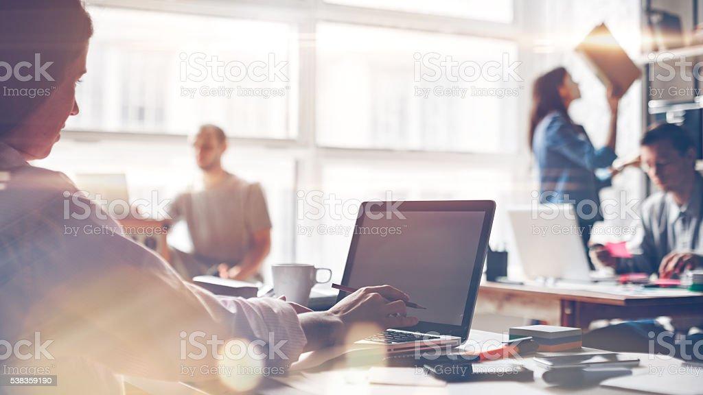 Startup-team bei der Arbeit. Große offene Büro – Foto