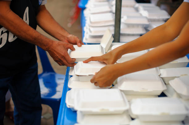 Hungerkonzept: Reiche Menschen geben Nahrung für die Armen – Foto