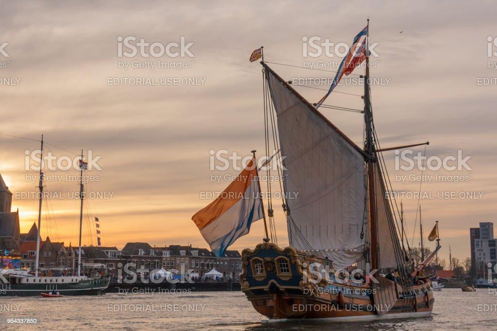 Staat jacht De Utrecht voor een zonsondergang op Sail Kampen foto