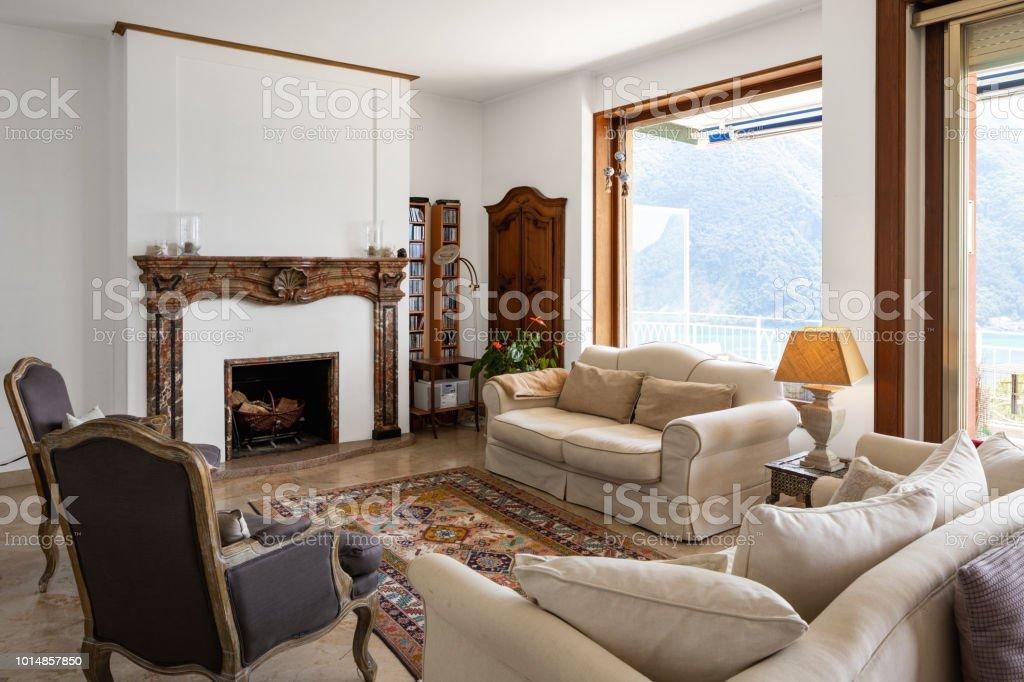 Stattliche Wohnzimmer Mit Großen Fenstern Mit Blick Auf Den See