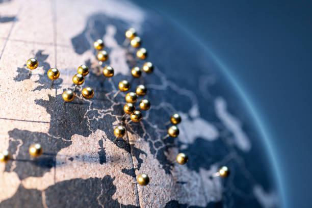 Staaten und Hauptstädte der Europäischen Union-Goldene Stifte auf Korkbrettglobe – Foto