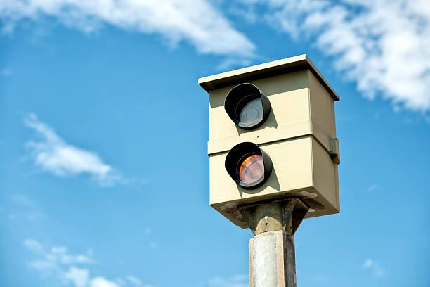 static-kamera radarfalle blitzer - geschwindigkeitskontrolle stock-fotos und bilder
