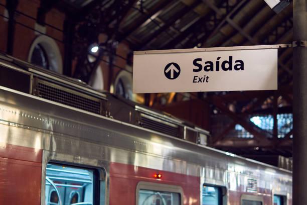 Ausfahrt Stationsleiterkarte mit roter Zug im Hintergrund mit den Türen öffnen. – Foto