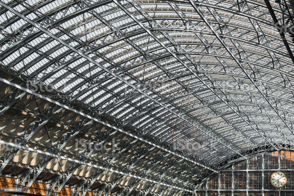 Estación de trenes a Londres St Pancras internacional va reloj - Foto de stock de Antiguo libre de derechos