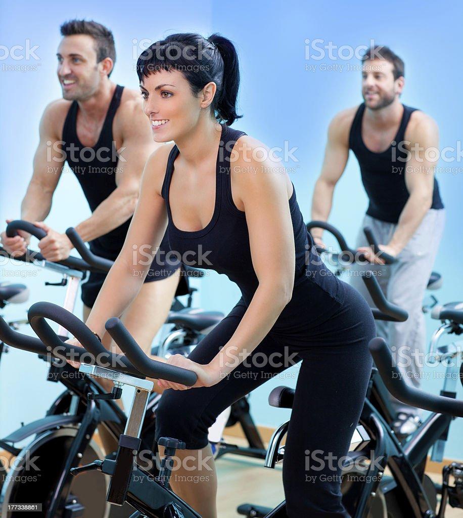 Bicicletas fijas para spinning en un gimnasio de fitness chica - Foto de stock de 20 a 29 años libre de derechos