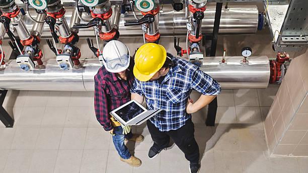 stationary engeneers at work - industriële apparatuur stockfoto's en -beelden