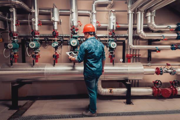 stationära ingenjör på jobbet - water pipes bildbanksfoton och bilder