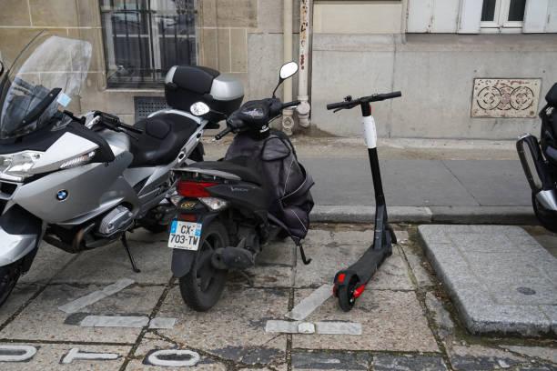 stationäre zweiräder, im freien - bmw roller stock-fotos und bilder