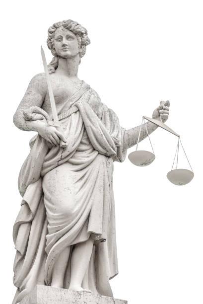 Statue eine Richterin Frau mit Schuppen und Schwert isoliert auf weißem Hintergrund in Potsdam, Details, Nahaufnahme – Foto
