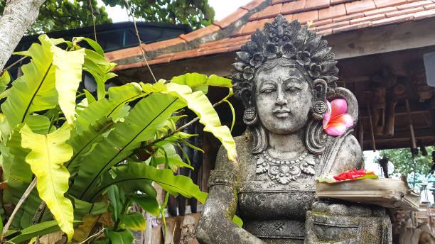 Statue und balinesische Angebote in Bali, Indonesien – Foto