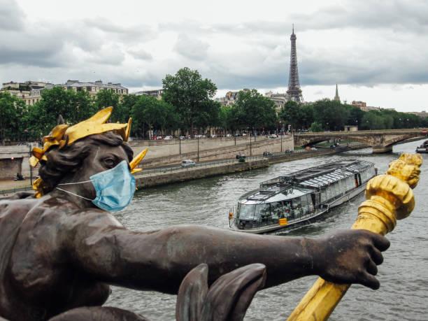 statue au pont d'alexandre iii avec un masque chirurgical à paris - covid france photos et images de collection