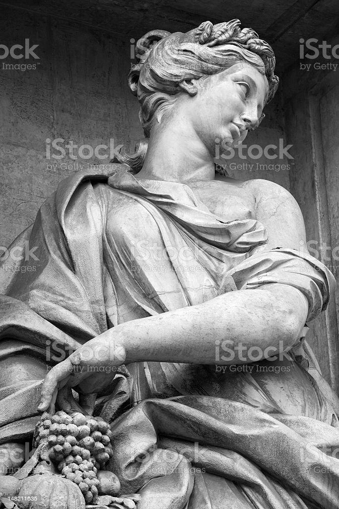 Estátua de uma mulher com uvas a Fontana di Trevi - foto de acervo