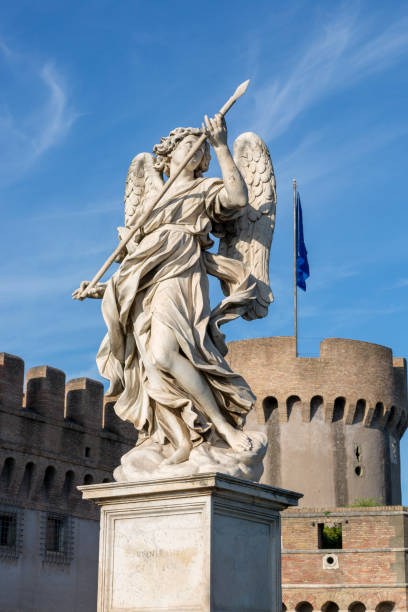 statue of an angel on the foot bridge of the holy angel across the tiber river in rome - rome road central view foto e immagini stock