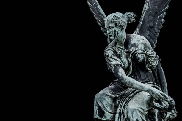 Statue des alten schönen geflügelten Engels in der Potsdamer Innenstadt, isoliert auf schwarzem Hintergrund, Deutschland, Porträt, Details – Foto