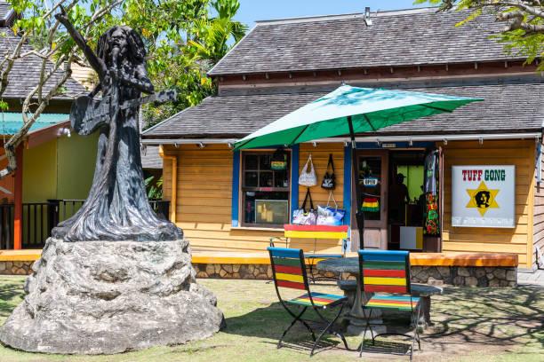 ünlü efsanevi jamaikalı reggae müzisyen/pioneer/bir tuff gong store 'da rastafarian bob marley heykeli - reggae stok fotoğraflar ve resimler