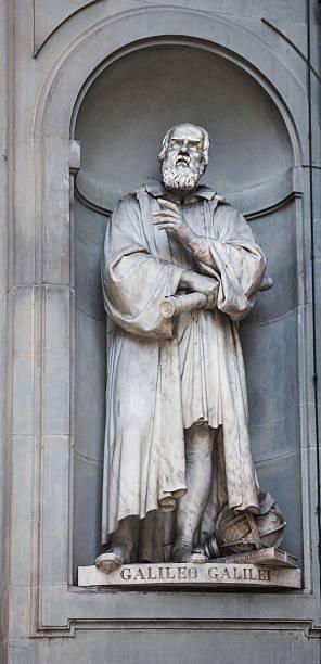 statue von galileo galilei von astodemo costoli, die uffizien, florence - berühmte physiker stock-fotos und bilder