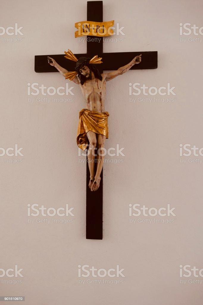 Fotografía De Estatua De Jesucristo En La Cruz De Madera Y Más Banco