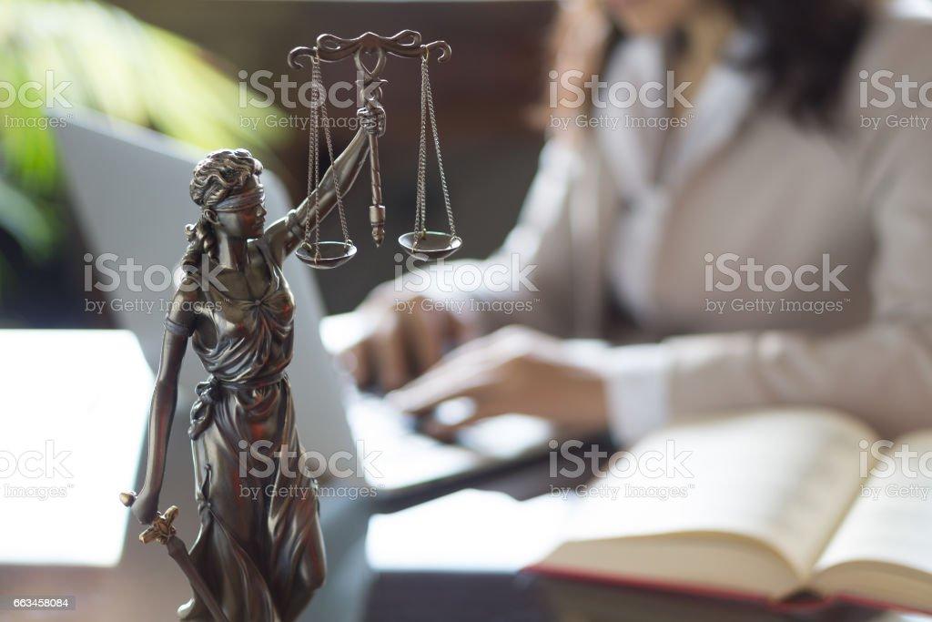 Statue der Gerechtigkeit und der Anwalt arbeitet auf einem laptop - Lizenzfrei Angeklagter Stock-Foto