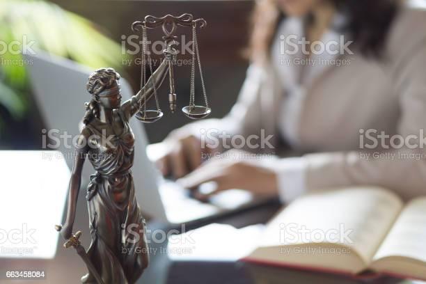 Statua Della Giustizia E Avvocato Che Lavora Su Un Laptop - Fotografie stock e altre immagini di Adulto
