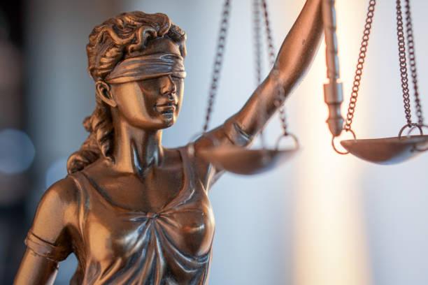 변호사 사무실에서 비늘으로 정의의 동상입니다. 법률 법률, 조언 및 정의 개념 - 정의 뉴스 사진 이미지
