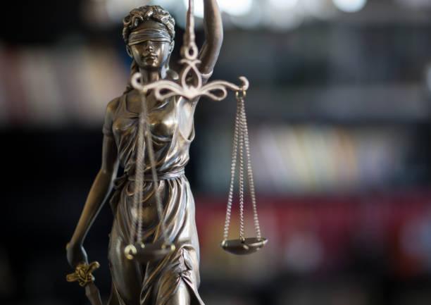 Estatua de la justicia con escalas en oficina de abogado. Concepto legal de la ley, el Consejo y la justicia - foto de stock