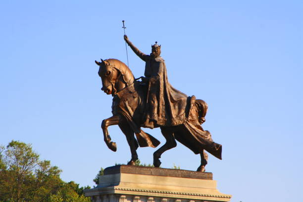 statue of king louis in st louis mo - st louis стоковые фото и изображения